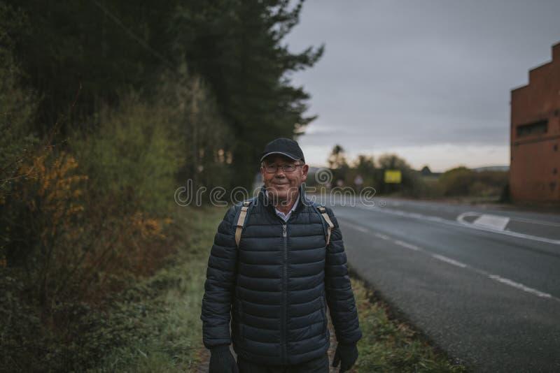 Le den höga mannen under en trekking resa royaltyfria bilder