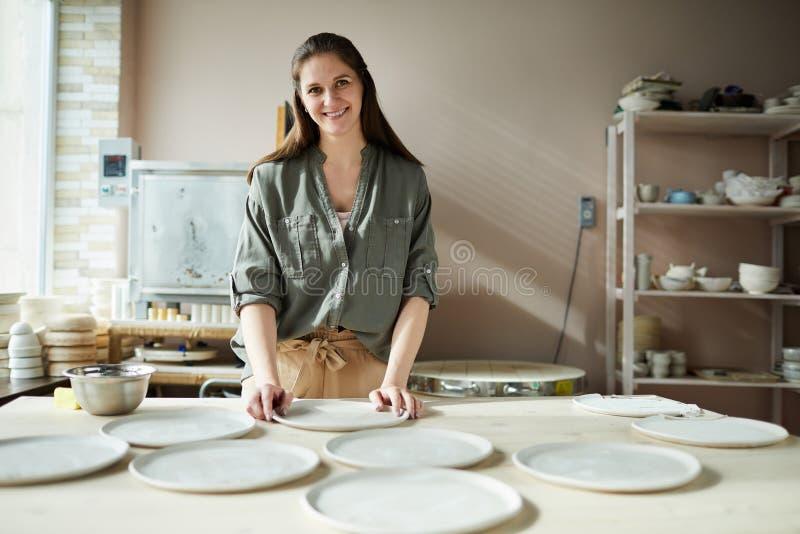 Le den kvinnliga ceramisten royaltyfri fotografi