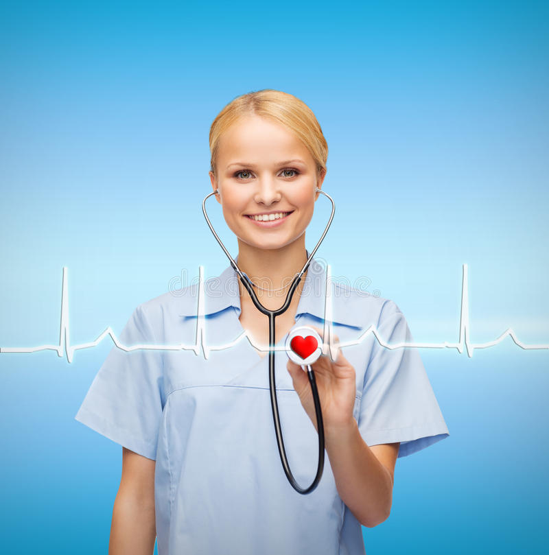 Le den kvinnliga doktorn eller sjuksköterskan med stetoskopet arkivfoton