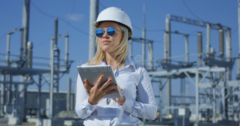 Le den kvinnliga elektriska arbetaren på en minnestavla arkivfoto