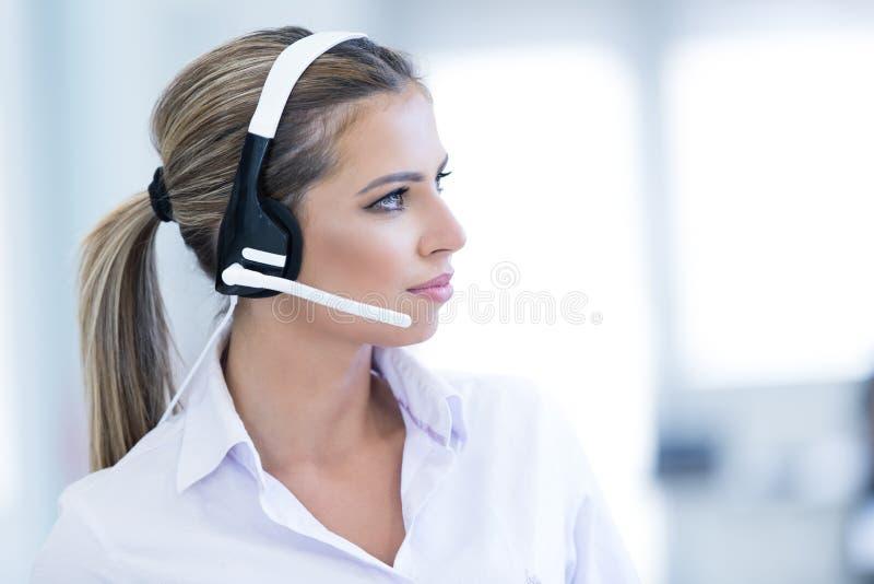 Le den kvinnliga helplineoperatören med hörlurar arkivfoto