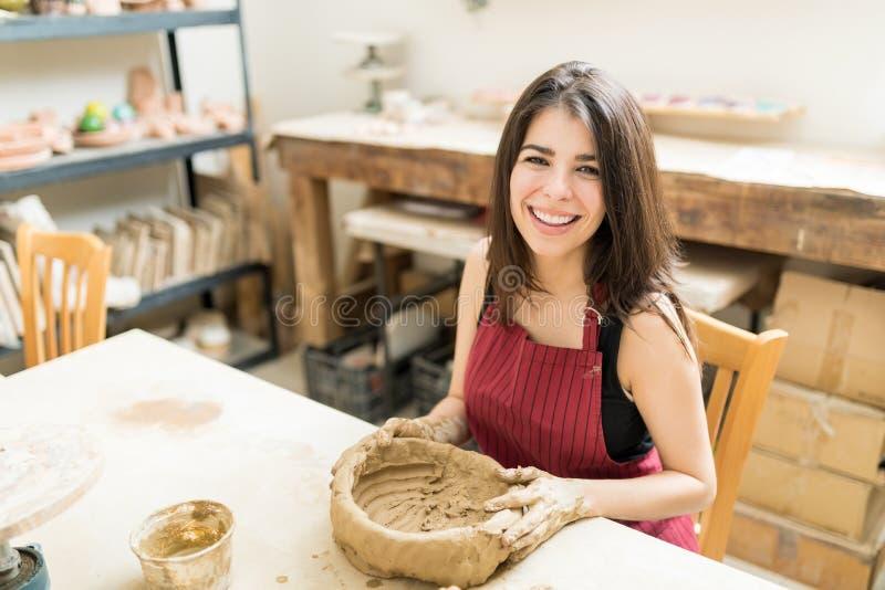 Le den kvinnliga keramikern som förbereder Clay Bowl In Studio arkivfoto