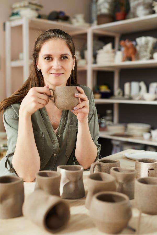 Le den kvinnliga keramikern arkivbilder