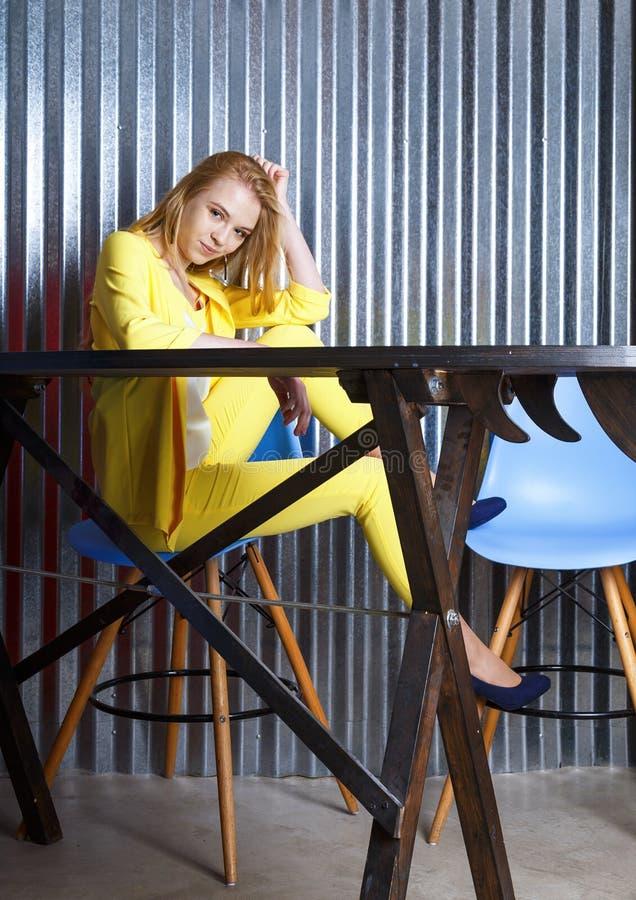 Le den kvinnliga studenten eller freelanceren som har att vila, att bryta på arbete arkivfoton