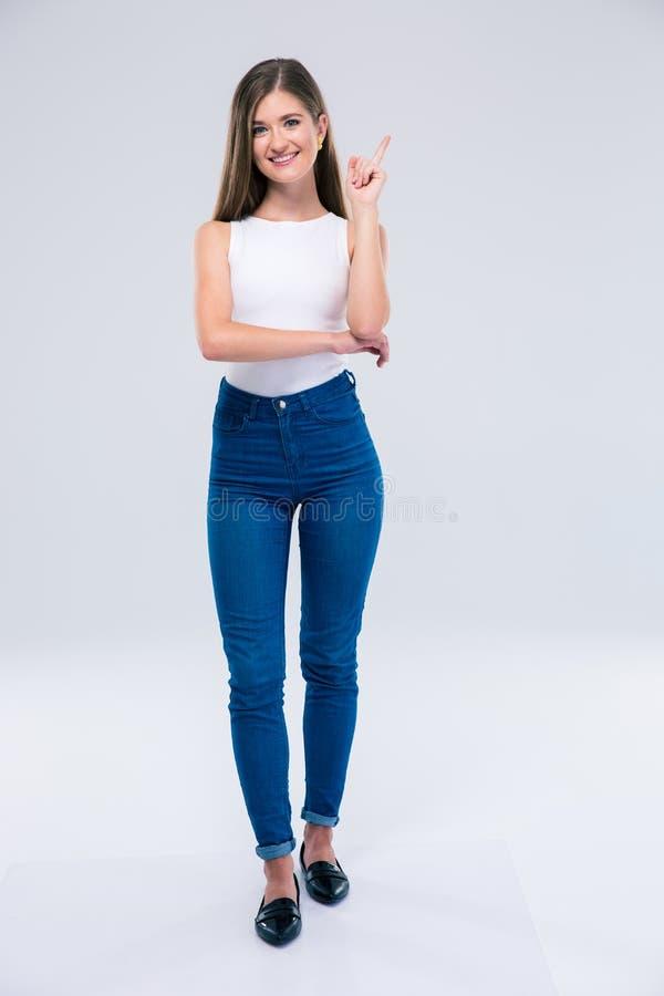 Le den kvinnliga tonåringen som pekar upp fingret royaltyfri bild