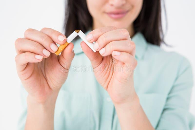Le den låsande fast cigaretten för kvinna i halva arkivbild