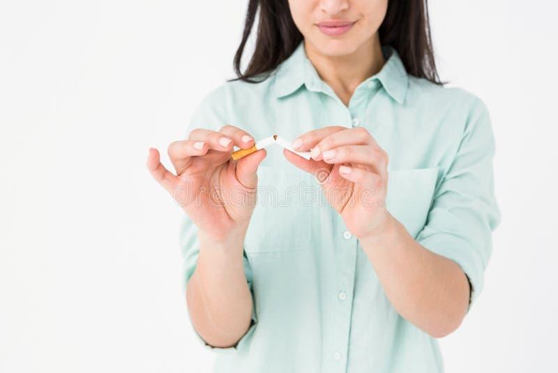 Le den låsande fast cigaretten för kvinna i halva royaltyfri bild