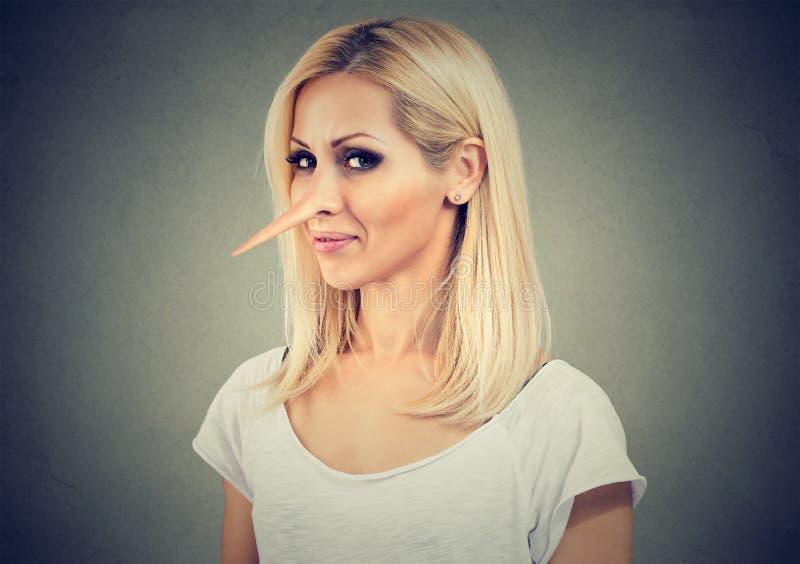 Le den listiga kvinnan med den långa näsan Lögnarebegrepp Framsidauttryck, sinnesrörelser, känslor royaltyfria bilder