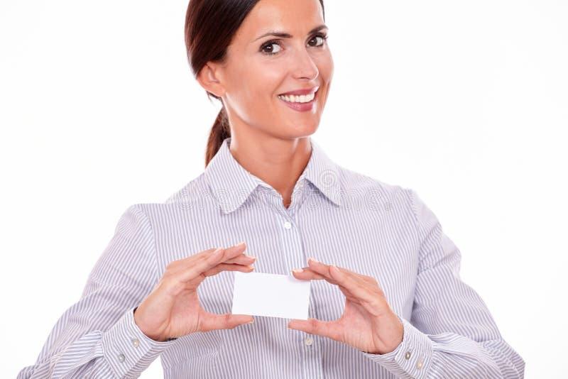 Le den lyckliga affärskvinnan med besökkortet fotografering för bildbyråer