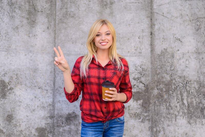 Le den lyckliga kvinnan med iklädd tillfällig kläder för blont hår I royaltyfri bild