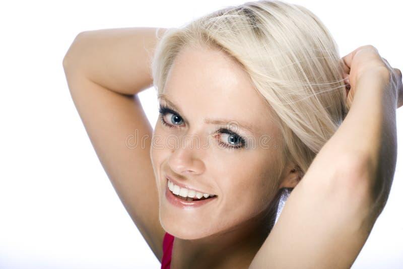 Le den lyckliga kvinnan med kort blont hår royaltyfri foto