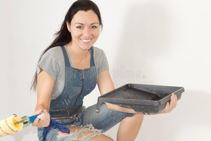 Le den lyckliga kvinnan med målningutrustning royaltyfri fotografi
