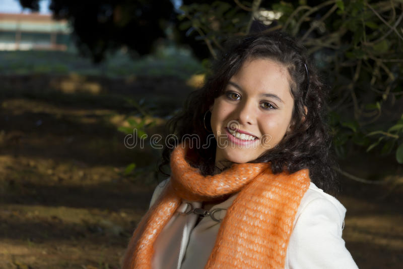 Le den lyckliga kvinnliga modellen utanför arkivfoton