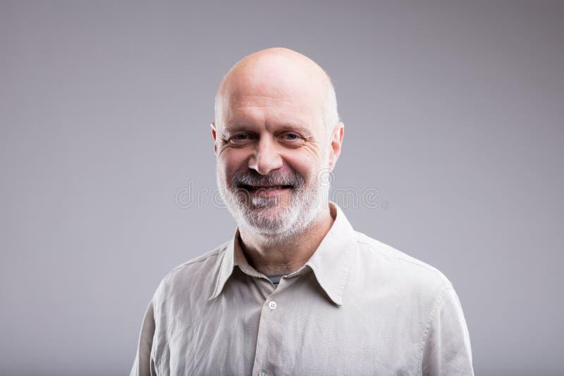 Le den lyckliga skalliga gamala mannen fotografering för bildbyråer