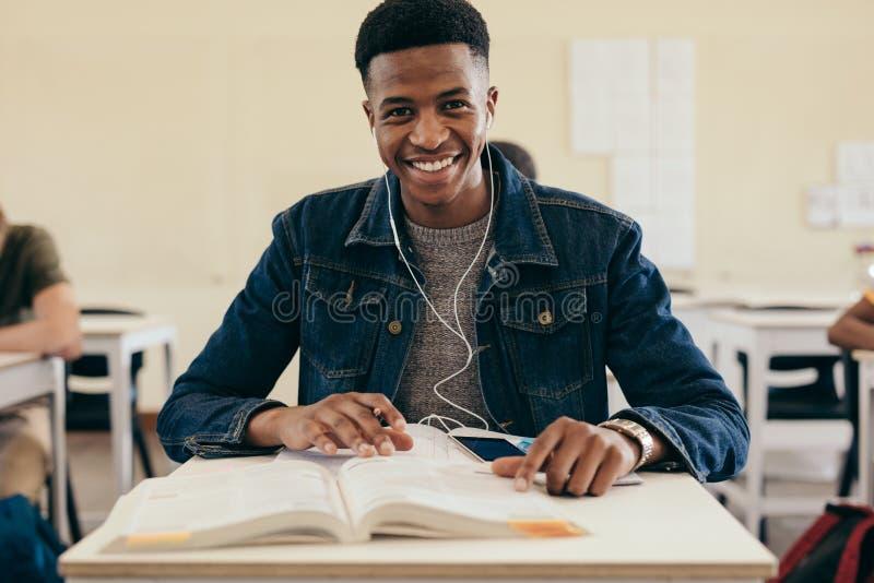 Le den manliga studenten i universitetklassrum fotografering för bildbyråer
