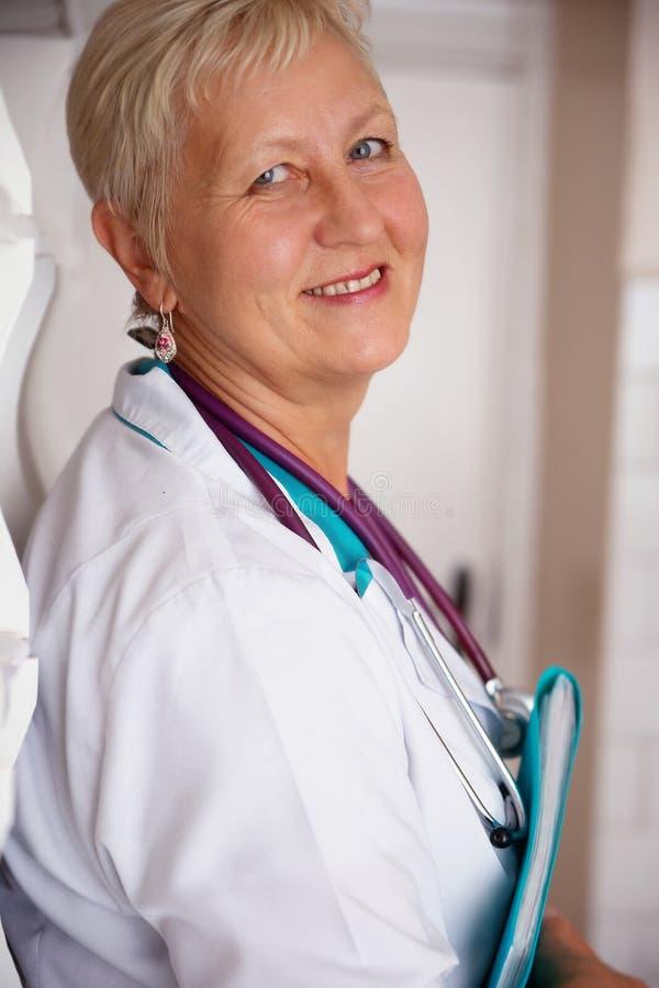 Le den medicinska kvinnadoktorn royaltyfri foto