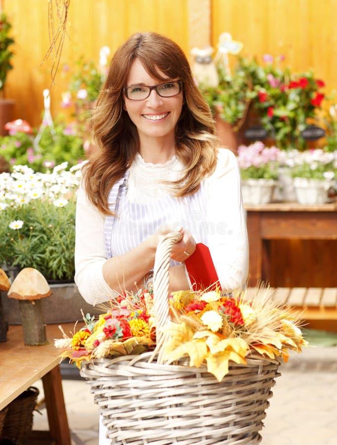 Le den mogna kvinnablomsterhandlaren At Flower Shop royaltyfri fotografi