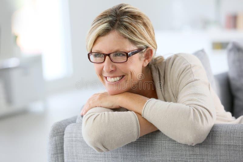 Le den mogna kvinnan som bär moderiktigt glasögon arkivfoto