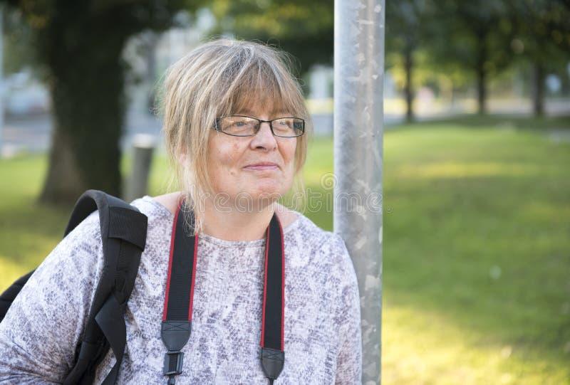 Le den mogna kvinnan utomhus med kopieringsutrymme arkivfoto