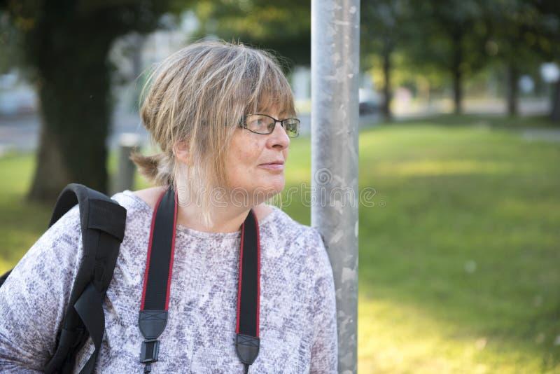 Le den mogna kvinnan utomhus med kopieringsutrymme royaltyfri foto