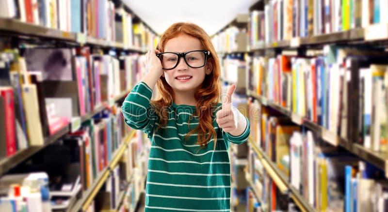 Le den röda haired flickan i exponeringsglas på arkivet arkivfoton