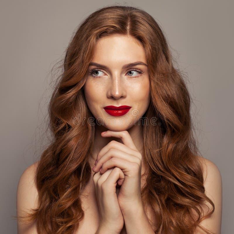 Le den röda haired kvinnaståenden Gullig rödhårig manflicka med lockigt hår arkivfoton