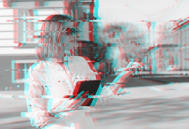 Le den rörande minnestavlan för flickan avskärma utomhus-, livsstil Modern effekt för tekniskt fel arkivbild