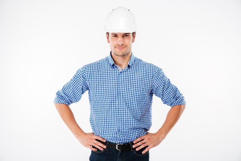 Le den säkra byggmästaren för ung man i byggnadshjälm royaltyfria foton