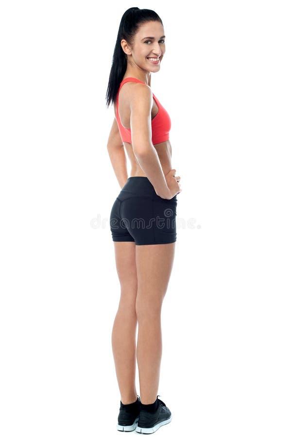 Le den slanka passformkvinnakvinnan som tillfälligt poserar arkivfoto
