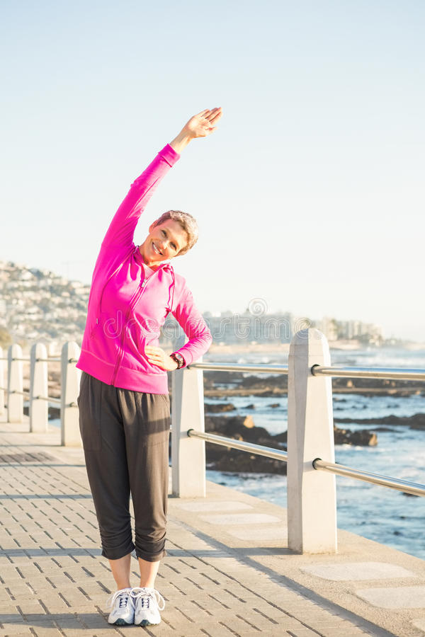 Le den sportiga kvinnan som sträcker på promenad royaltyfria foton