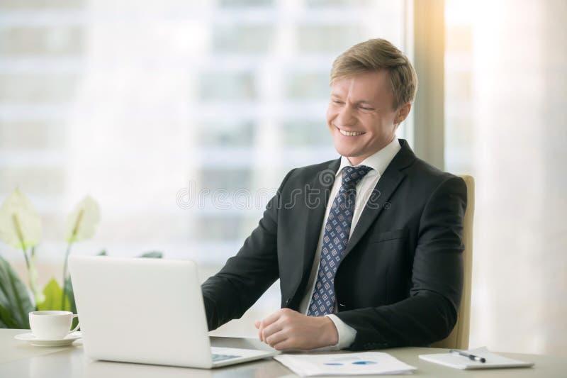 Le den stiliga affärsmannen med bärbara datorn royaltyfria foton