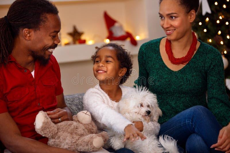Le den svarta familjen med gåvor på jul arkivfoton