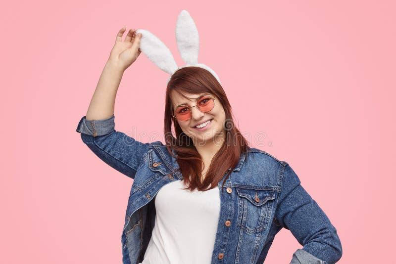 Le den tjocka flickan i vita öron fotografering för bildbyråer