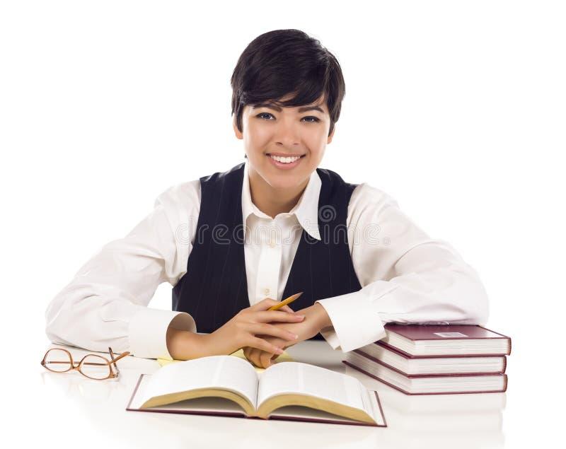 Le den tonåriga studenten för blandat lopp med isolerade böcker royaltyfri bild