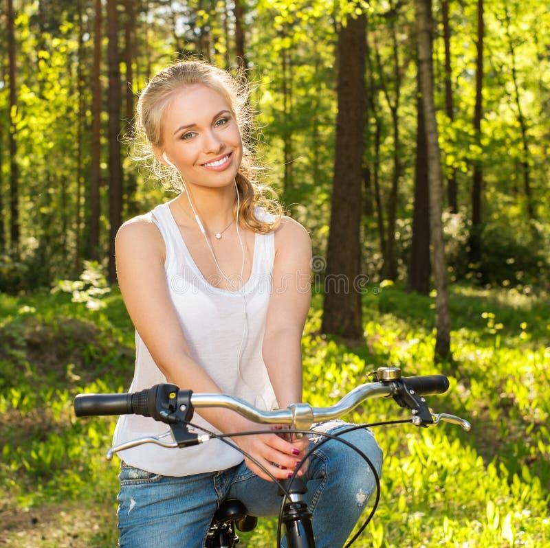 Le den tonårs- flickan med cykeln arkivfoto