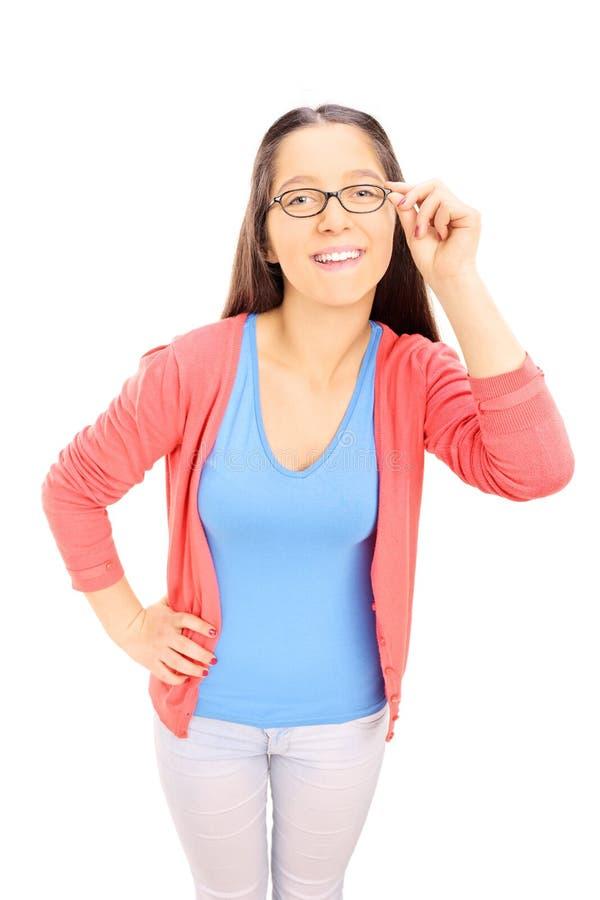 Le den tonårs- flickan med exponeringsglas som ser kameran royaltyfri bild