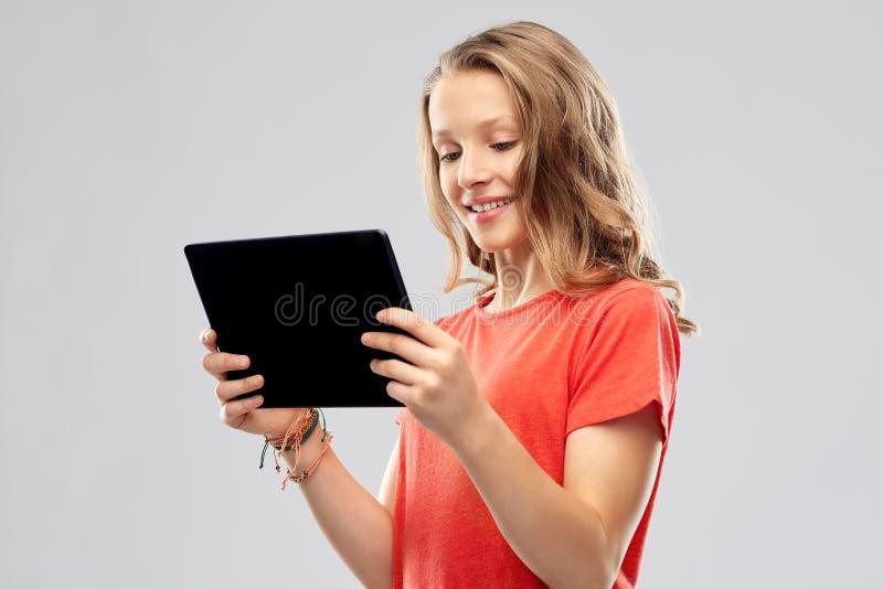 Le den tonårs- flickan med minnestavladatoren royaltyfri bild