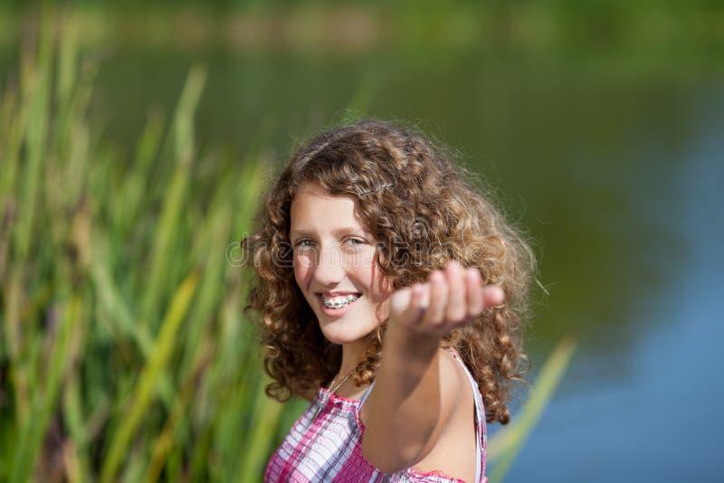 Le den tonårs- flickan med utsträckta armar arkivfoto