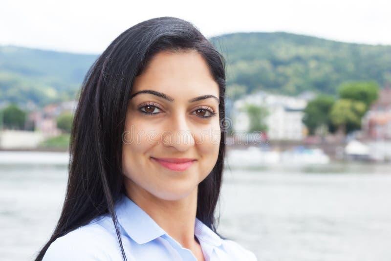 Le den turkiska kvinnan utanför arkivbilder