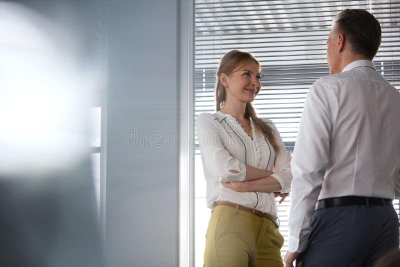 Download Le Den Unga Affärskvinnan Med Den Manliga Kollegan I Regeringsställning Fotografering för Bildbyråer - Bild av företags, ställe: 78725177