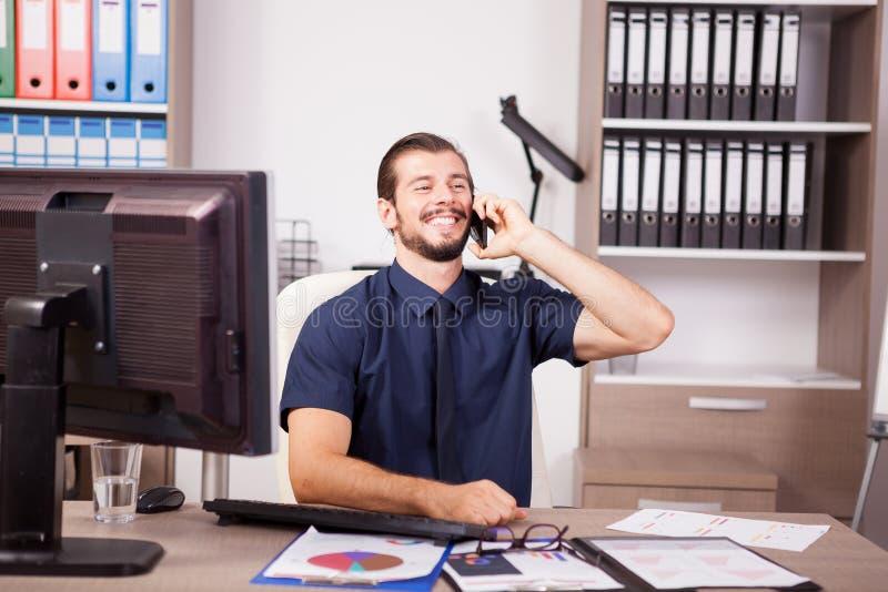 Le den unga affärsmannen i blå skjorta och bandet som talar på pet fotografering för bildbyråer