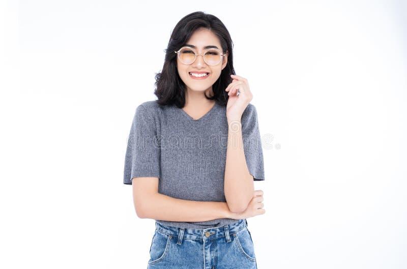 Le den unga asiatiska kvinnan i glasögon som skrattar mot isolerat över vit bakgrund arkivbilder