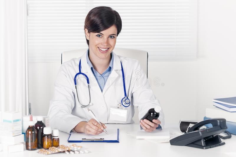 Le den unga doktorn som ut skriver ett recept arkivbild
