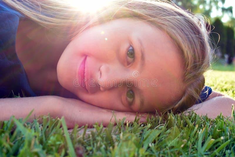 Le den unga framsidan av flickan Det trevliga barnet jublar royaltyfri fotografi