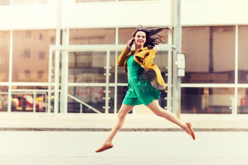 Le den unga kvinnan eller flickan som kallar på smartphonen fotografering för bildbyråer