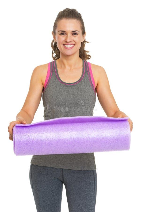 Le den unga kvinnan för kondition som ger matt kondition arkivfoton