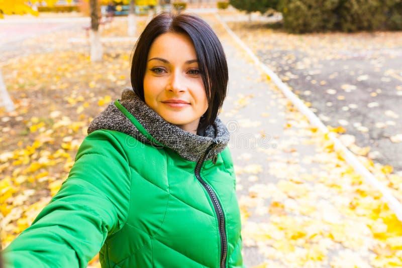 Le den unga kvinnan i en höst parkera fotografering för bildbyråer