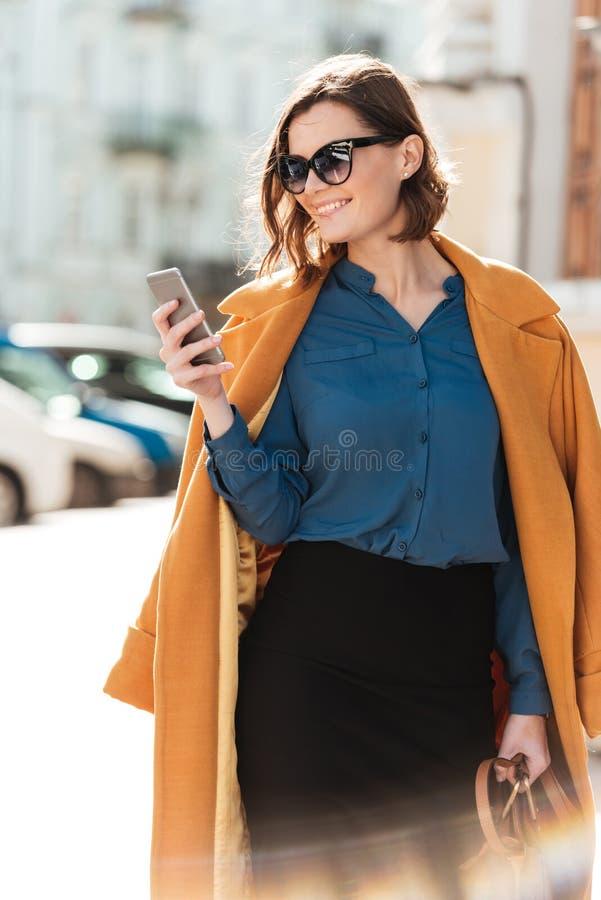 Le den unga kvinnan i solglasögon och lag royaltyfria foton