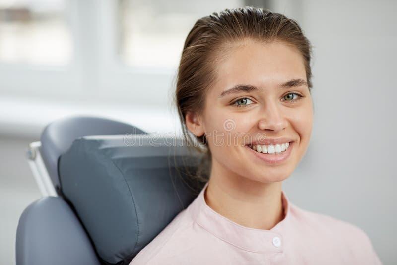 Le den unga kvinnan i tand- stol royaltyfria bilder