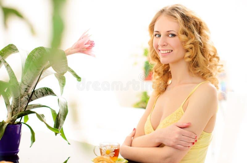 le den unga kvinnan med blomman i solljus arkivfoto